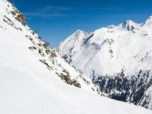 Barrières d'avalanche dans le Zillertal supérieur en Autriche, une région célèbre et populaire de ski photos libres de droits
