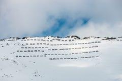 Barrières d'avalanche dans les montagnes photo libre de droits
