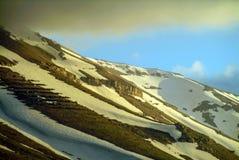Barrières d'avalanche faites d'arbres nouvellement plantés sur les pentes de Qurnat comme Sawda au Liban photos stock