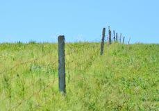 Barrières dans la prairie image stock