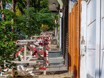 Barrières de construction partout dans le trottoir images stock