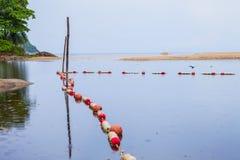 barrières de mer pour protéger des personnes image libre de droits