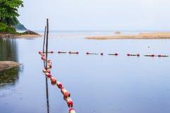 barrières de mer pour protéger des personnes image stock