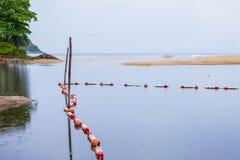 barrières de mer pour protéger des personnes photos libres de droits