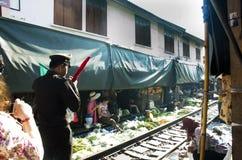 Barrières de passage à niveau de rail d'avancement du film de personnel de station de train sur la route photos stock