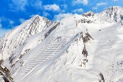 Barrières de protection d'avalanche sur le flanc de montagne Image stock