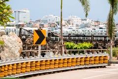 Barrières de rouleau installées sur les routes incurvées raides et en bas de la colline pour protéger l'accident image libre de droits