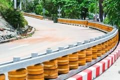 Barrières de rouleau installées sur les routes incurvées raides et en bas de la colline pour protéger l'accident photos libres de droits