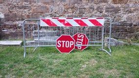 Barrières de route et signes d'arrêt photos libres de droits