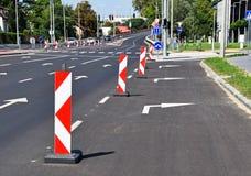 Barrières de route sur la rue photographie stock libre de droits