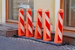 Barrières de rue sous forme de piliers oranges grands de plastique image libre de droits