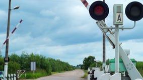 Barrières die bij spoorweg de kruising openen stock footage