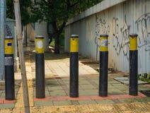 Barrières en acier pour empêcher la moto entrant dans Jakarta rentré par photo piétonnière Indonésie Image stock