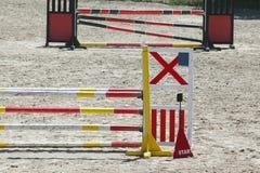 Barrières en bois colorées au sol pour les chevaux et les cavaliers sautants image stock