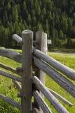 Barrières en bois dans les Alpes photographie stock