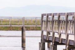 Barrières en bois sur le champ de marais de manière de chemin Image libre de droits