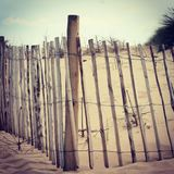 Barrières en bois sur une plage anglaise photographie stock