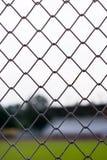 Barrières en métal avec le fond de stade de tache floue images libres de droits