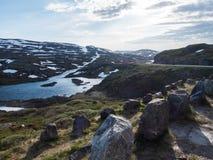 Barrières en pierre par une route de montagne image libre de droits