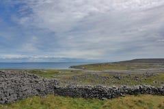 Barrières en pierre sur la côte atlantique de l'Irlande images libres de droits