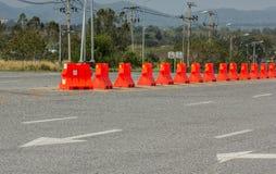 Barrières en plastique bloquant la route photos stock