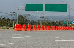 Barrières en plastique bloquant la route photographie stock