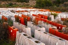 Barrières en plastique de route abandonnées photographie stock libre de droits