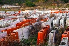 Barrières en plastique de route abandonnées et oubliées en nature image libre de droits