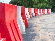 Barrières en plastique sur la route nouvellement construite image libre de droits