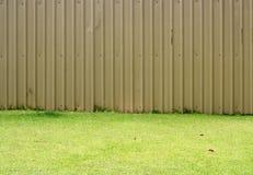 Barrières et herbe verte images libres de droits