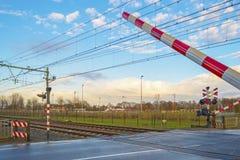Barrières fermées d'un croisement de rail images stock
