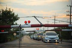 Barrières ferroviaires avec le trafic de lumière rouge pour arrêter la voiture images stock