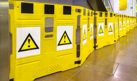 Barrières mobiles avec des marques d'exclamation photo libre de droits