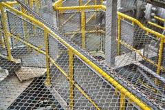 Barrières rouillées au-dessus des balustrades jaunes photographie stock