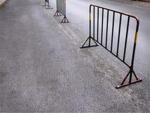 Barrières soudées par Portable de cadre en acier sur la rue photographie stock libre de droits