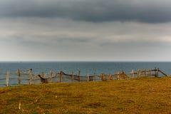 Barrières sur le bord de la mer photos stock