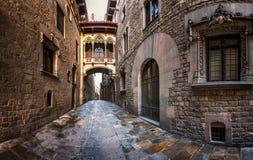 Barri Gothic Quarter y puente de suspiros en Barcelona Foto de archivo libre de regalías