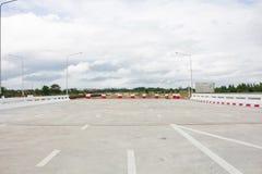 A barricada fechado da estrada gasta obstrui o local da construção de estradas imagens de stock