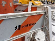Barricadas del Uno-marco de Edison de la estafa, NYC, NY, los E.E.U.U. imágenes de archivo libres de regalías