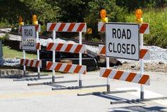 Barricadas fechados da estrada em um cruzamento de estrada de ferro foto de stock royalty free