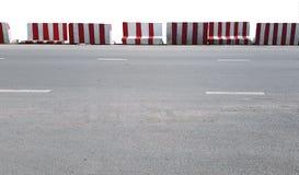 Barricadas rayadas rojas y blancas del camino aisladas en el fondo blanco imagen de archivo libre de regalías
