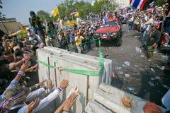 Barricadas tailandesas de la rotura de los manifestantes Foto de archivo libre de regalías