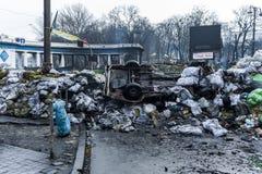 Barricade de la défense de Maidan sur la rue de Hrushchevkoho devant dyne Photographie stock libre de droits