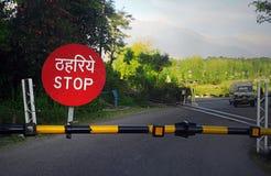Barricade die van het einde op spoorweg, India kruist stock foto