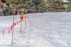Barricade met een Gesloten teken dat op een zonnige de winterdag wordt bekeken in Parkstad Utah stock foto's