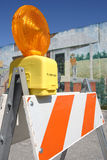 Barricade van het verkeer die tegen een geschilderde muur wordt geplaatst Royalty-vrije Stock Fotografie