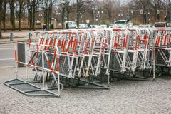 Barricades of omheiningen voor openbare acties in Berlijn Omheiningen voor demonstratie of protestactie en bescherming van wet en royalty-vrije stock foto