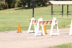 Barricades oranges sur le chemin de marche Photos libres de droits