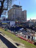Barricades van banden en huisvuil, een brug met affiches, vlaggen en slogans, vele gelegde bloemen op Maidan royalty-vrije stock foto