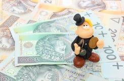 Barrido de chimenea con la moneda en una pila de dinero. Aislado en blanco Imagenes de archivo